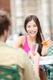 Couples sur le café d'extérieur Photos stock
