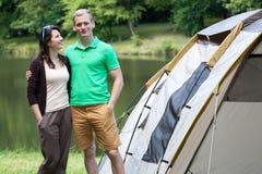 Couples sur le camping par le lac Photos libres de droits