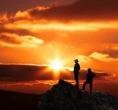 Couples sur le coucher du soleil Images libres de droits