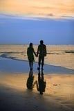 Couples sur le coucher du soleil Photo stock