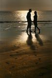 Couples sur le coucher du soleil Photographie stock