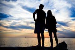 Couples sur le coucher du soleil image libre de droits