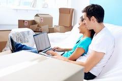 Couples sur le déplacement de sofa photos stock