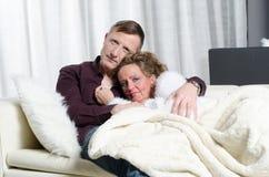Couples sur le divan - elle est malade Images libres de droits