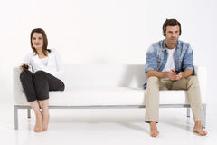 Couples sur le divan regardant la TV Photos libres de droits
