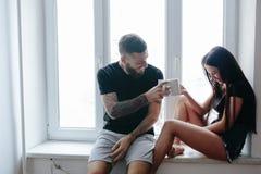 Couples sur le fond d'une fenêtre image libre de droits