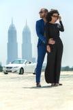 Couples sur le fond des gratte-ciel Photographie stock