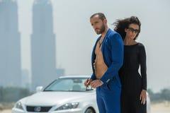 Couples sur le fond des gratte-ciel Photo libre de droits
