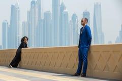 Couples sur le fond des gratte-ciel Images stock