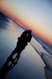 Couples sur le lever de soleil Photo libre de droits