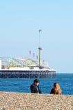 Couples sur le pilier de négligence de plage de Brighton image stock