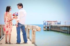 Couples sur le pilier de plage Photos libres de droits