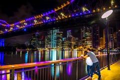 Couples sur le remblai lumineux photographie stock libre de droits