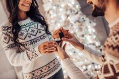 Couples sur le ` s Ève de nouvelle année photos stock