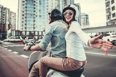 Couples sur le scooter images stock
