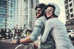 Couples sur le scooter photos stock