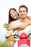 Couples sur le scooter dans l'amour Photo stock