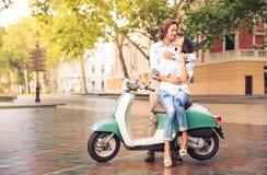 Couples sur le scooter dans la vieille ville européenne Photos stock