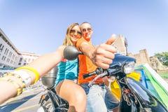 Couples sur le scooter prenant un selfie Photographie stock