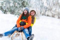 Couples sur le traîneau dans la neige Image stock
