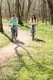 Couples sur le vélo à l'extérieur Photos libres de droits