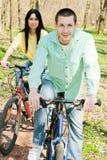 Couples sur le vélo Images stock