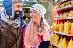 Couples sur les bougies de achat du marché de Noël comme présent images libres de droits
