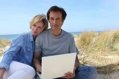 Couples sur les dunes photos stock