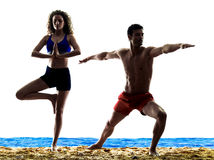 Couples sur les exercices de yoga de plage Photo libre de droits