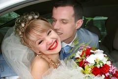 Couples sur leurs baisers de jour du mariage Photo stock
