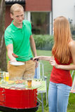 Couples sur un barbecue Photographie stock