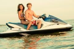 Couples sur un ski d'avion à réaction Photos stock