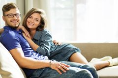 Couples sur un sofa à la maison Image libre de droits