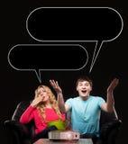 Couples sur un sofa montrant différentes émotions Photo stock