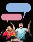 Couples sur un sofa montrant différentes émotions Photographie stock libre de droits