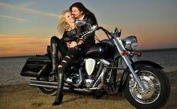 Couples sur un vélo Images libres de droits