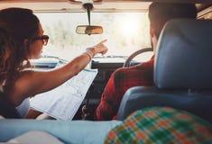 Couples sur un voyage par la route prenant le détour photos libres de droits
