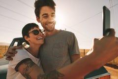 Couples sur un voyage par la route prenant le selfie Photos libres de droits