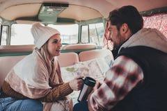 Couples sur un voyage par la route se reposant à l'intérieur de leur fourgon Photos libres de droits