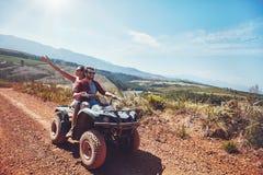 Couples sur une aventure de route Photos stock