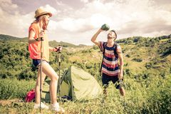 Couples sur une excursion de trekking Image stock