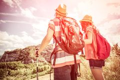 Couples sur une excursion de trekking Photographie stock libre de droits