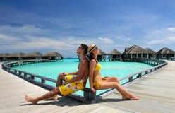 Couples sur une jetée de plage chez les Maldives Image stock