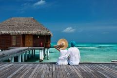 Couples sur une jetée de plage chez les Maldives Image libre de droits