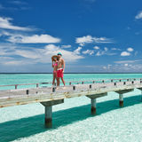 Couples sur une jetée de plage chez les Maldives Photos libres de droits
