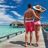 Couples sur une jetée de plage chez les Maldives Images libres de droits