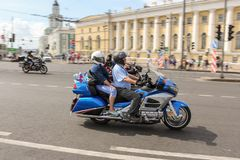 Couples sur une moto bleue photo libre de droits