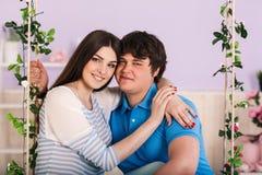 Couples sur une oscillation Image libre de droits