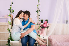 Couples sur une oscillation Photographie stock libre de droits