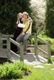Couples sur une passerelle Images libres de droits